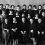 Выпускное фото учеников СШ №48, г. Володарск. Нижний ряд: 2-я - Ольга Романовна Ершова, 5-я - Мария Никифоровна Хворова