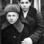 Анатолий Хворов (справа) в школьные годы
