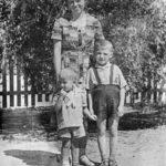 Мария Хворова с сыновьями Владимиром и Валерием (справа)