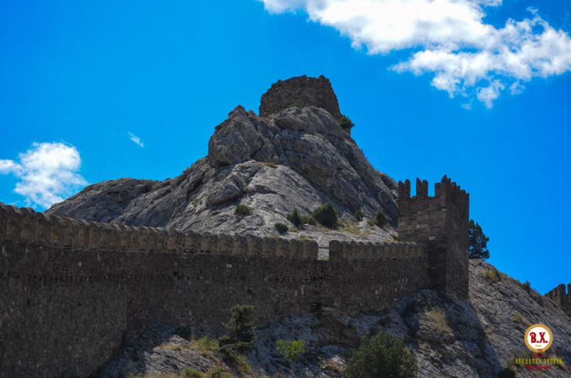 Вид на Девичью башню – высшую точку крепости